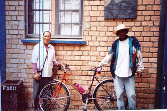 Woodcarver in Madagascar receives bike from W4L